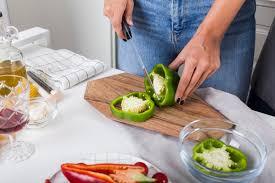 Крупным планом женщины резки зеленый перец с <b>ножом</b> на ...