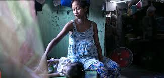 糖醋国际 多明戈的妻子伊丽莎白 纳瓦罗(elizabeth navarro )怀了第5个孩子,这是圣诞节的前两天,她正坐在床边哄着小女儿。本来的8口之家现在只有6个人。