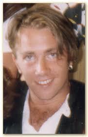 AKA Johan Lindström Spelade gitarr sommaren/hösten 1992. Ibland istället för Zilverzurfarn. Ibland istället för Beno Zeno. Ibland var dom alla tre. - dengastor