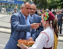 Резултат с изображение за Борисов храни с питка снимки