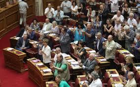 Αποτέλεσμα εικόνας για φωτο εικονες βουλευτων στη βουλη να χειροκροτουν