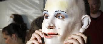 "<b>Sonja Hermann</b> muß die Latexmaske ""Mama"" tragen. Foto: Martin Weis - 23855006,20891789,dmFlashTeaserRes,of_festspiele_03_290713_4c_2"