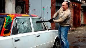 Как разбить <b>стекло</b> в машине? кусочек <b>свечи</b>, камень, бита ...