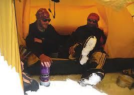 Maciej Stańczak i Tomasz Chwastek w obozie w czasie wyprawy - n201149_020