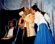Molière: Die gelehrten Frauen (2004) - Chrysale (Carlo Accorinti) wird gleich in Ohnmacht fallen. Notar (Florent Didier), Martine (Anja Hinke) - page40-1025-thumb