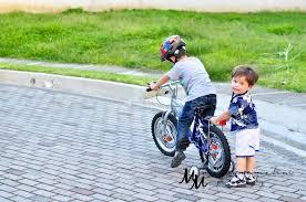 Resultado de imagen para dos hermanitos y una bicicleta