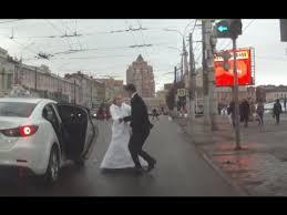 В Туле невеста избила <b>жениха</b> букетом и <b>сбежала</b> со свадьбы ...