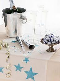 Γιορτάζοντας τον ερχομό του καινούργιου χρόνου. ασημένια σαμπανιέρα