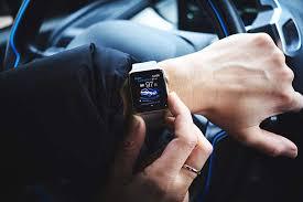 <b>Умные часы Apple Watch</b> теперь могут открывать и заводить ...