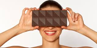 Resultado de imagen de mujer comiendo chocolate