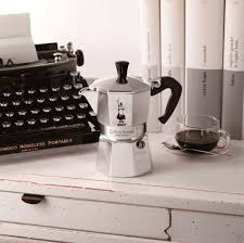 Гейзерная <b>кофеварка Bialetti Moka Express</b> (на 6 чашек по 40 мл ...
