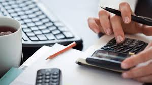 Kvinna använder miniräknare som lånekalkylator