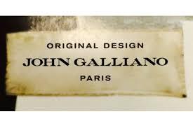 John <b>Galliano</b> отказался от «готического» знака