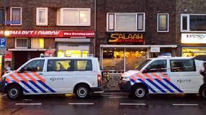 Afbeeldingsresultaat voor twee politiewagens voor de deur