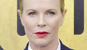 Denn Kim Basinger hat gerade ihren 60. Geburtstag gefeiert, sehen tut man davon aber nichts. Denn in ihrem Gesicht kann man dank Botox keine einzige Falte ... - kim-basinger