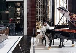 Drake mora em mansão com quadra de basquete e lustre com 20 mil cristais; veja casarão | GaúchaZH