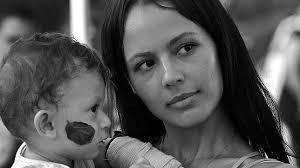 Un momento de la película «Operación E», sobre la política colombiana Clara Rojas y su hijo Emmanuel, nacido en la selva durante su secuestro por las FARC - clara-rojas--644x362