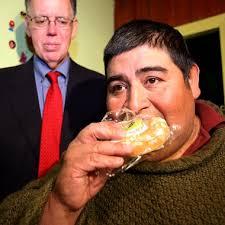Manuel Uribe llegó a pesar 570 kilos, no podía moverse de su cama en México y fue rostro de varios reportajes sobre la obesidad, al convertirse en el hombre ... - jose