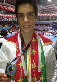 O jovem karateca David Fernandes sagrou-se vice-campeão da Europa de karaté na prova técnica (kata), no escalão cadete, esta sexta-feira, primeiro dia de ... - david-fernandes-karat%25C3%25A9-medalha-prata