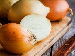 Onion juice for <b>hair growth</b>: Does it work and how?