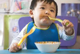 Resultado de imagem para bebe 1anos comendo