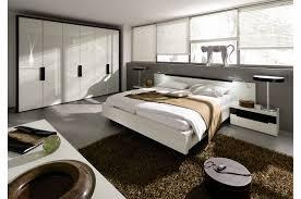السرير المعلق في غرفة النوم العصرية