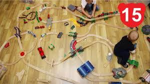 Перед атакой динозавров деревянная <b>железная дорога</b> Брио ...