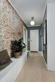 Кирпичная стена, белая длинная <b>лавка</b> с местами для хранения ...