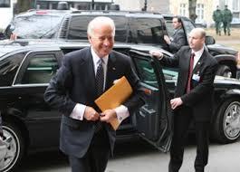 Biden alelnök a tárgyalások helyszínére érkezik.