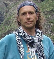 CÉSAR JAVIER PALACIOS PALOMAR nace en Valladolid en 1964. Es en su infancia cuando se desplaza a Burgos donde se hace personal y profesionalmente. - 9_1