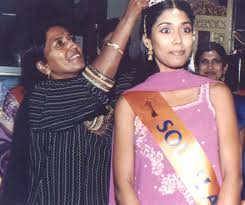 Hair Stylist <b>Shirley Naidoo</b> crowning Miss Beautiful Hair Sareka Sukhdeo of <b>...</b> - ww2001-22