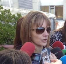 María Ángeles Ruiz González, a la salida de la Audiencia Provincial. / F. J. B.. Instantes después salió corriendo su marido, el turco Özgür Dogar, ... - 1395058394_116598_1395075343_sumario_normal
