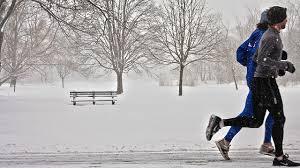 寒い中ランニングする人の画像