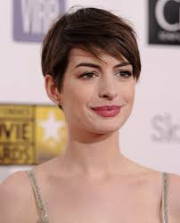anne hathaway hair financeandbusiness anne hathaways blonde hair has taken an interesting turn