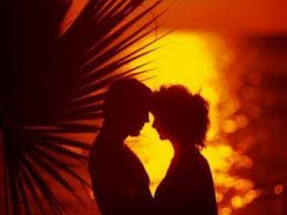 due amanti che si stringono