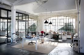 the chic set design of intern la dolce vita true to millennial start up form juless office chic office design