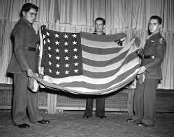 「joe rosenthal raising the flag picture award」の画像検索結果