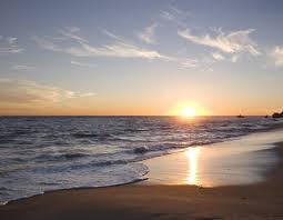 Resultado de imagem para praia por do sol