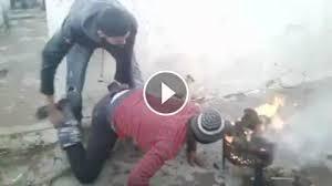 Dwóch ziomków rozpala grilla