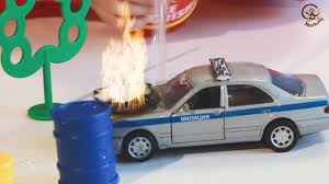 <b>Игрушка машинка</b> загорелась, тушим её пожарным набором ...