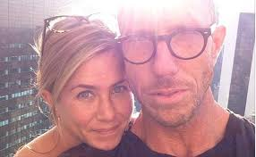 Andere Hollywood-Schauspielerinnen erstarren in ihrem Alter zur Botox-Maske, Jennifer Aniston zeigt sich mit 44 Jahren ungeschminkt und natürlich schön. - jennifer-aniston-ungeschminkt