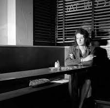 Resultado de imagen para un bar mujer sola con un cafe