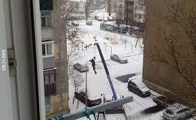 Wymiana żarówek w lampach przy drodze. Rosja
