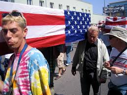 los angeles war protest photo essay corrente martin sheen puts his heart where his shoulder is