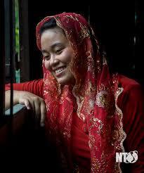 Cô gái Chăm trong bộ đồ đỏ truyền thống
