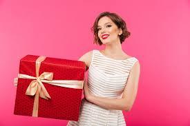 Портрет улыбающейся девушки в платье с <b>подарочной</b> коробкой ...