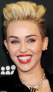 Dopo il taglio punk color platino, un nuovo corpo più tonico e magro, uno stile più aggressivo adesso Miley Cyrus ha deciso di completare la sua ... - Miley-Cyrus-bling-1