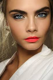 perfect summer night out make up look super model cara delevingne with a natural skin look colored eyeliner and c lips similar to mac 39 s vegas volt