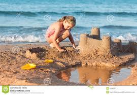 Resultado de imagen de niños haciendo castillo de arena