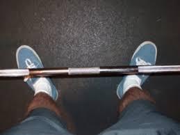 Het midden van je voeten dient onder het midden van de stang te zijn